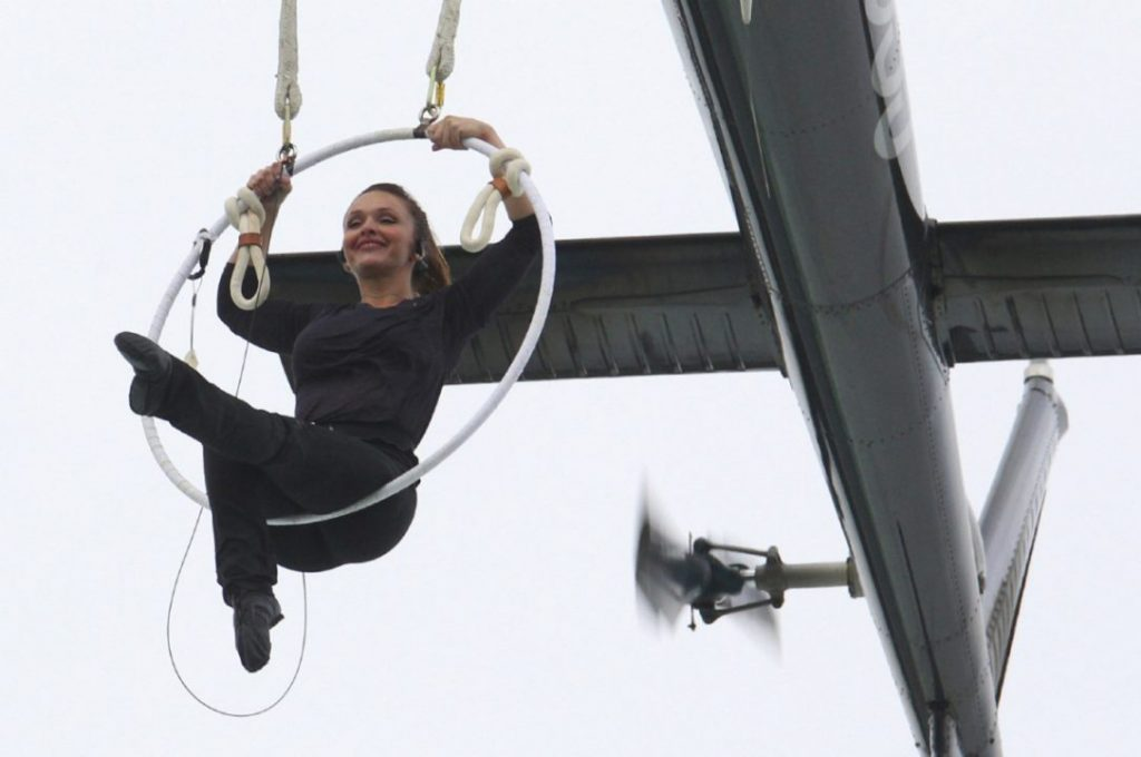 Aerialist performs daredevilry over the Niagara Falls